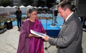 Δρ. Βαντάνα Σίβα: «Ας αντισταθούμε στους άδικους νόμους. Διότι οι άδικοι νόμοι αιχμαλωτίζουν τους ανθρώπους»