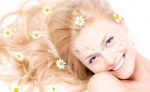 4 φυσικοί τρόποι για να απαλλαχθείτε από τα λιπαρά μαλλιά