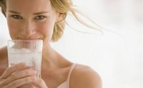 Γιατί να ξεκινήσουμε τη μέρα μας πίνοντας ένα ποτήρι νερό