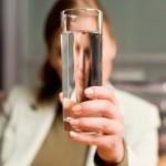 «Mισοάδειο ή μισογεμάτο, μην ξεχνάτε να κατεβάζετε το ποτήρι!»