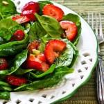 Καλοκαιρινή σαλάτα με φράουλες