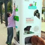 Αυτόματη μηχανή πώλησης ανακυκλώνει μπουκάλια με τροφή για αδέσποτα!