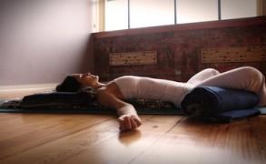 Τα οφέλη της restorative Yoga