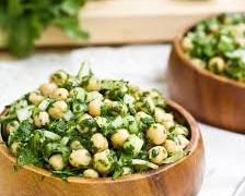 Μεσογειακή σαλάτα με ρεβίθια και αβοκάντο
