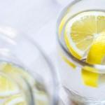 8 ευεργετικές ιδιότητες του νερού με λεμόνι