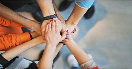 10+1 παραπλανητικά απλές ιδέες που βελτιώνουν τις σχέσεις μας σύμφωνα με τον Robin Sharma